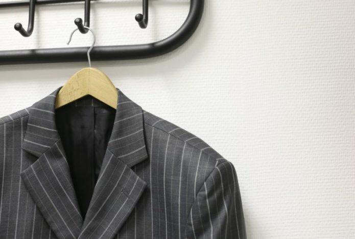 Если пиджак все же намок, нужно сразу повесить его на плечики. Застегнуть пуговицы, расправить рукава и дать воде стечь