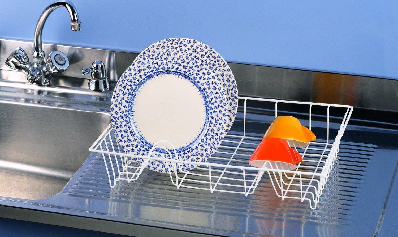 Если оставить сушилку у раковины, то стекающую воду будет проще удалить