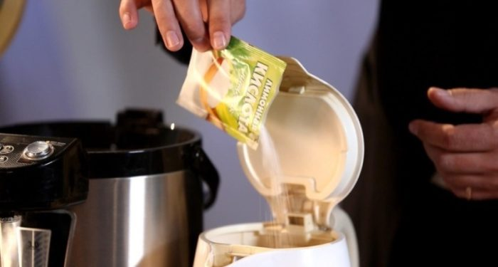 Домашнее средство для чистки кофеварки — лимонная кислота. Она легко растворяет соли, скопившиеся в воде, и удаляет налет. Засыпьте 1 пакетик лимонной кислоты и включите машину вхолостую