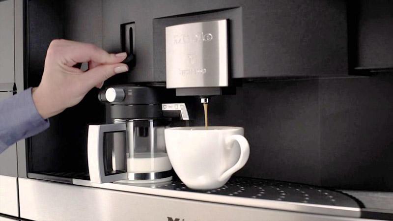 Если аппарат плохо подает кофе, то, скорее всего, причина — в накипи