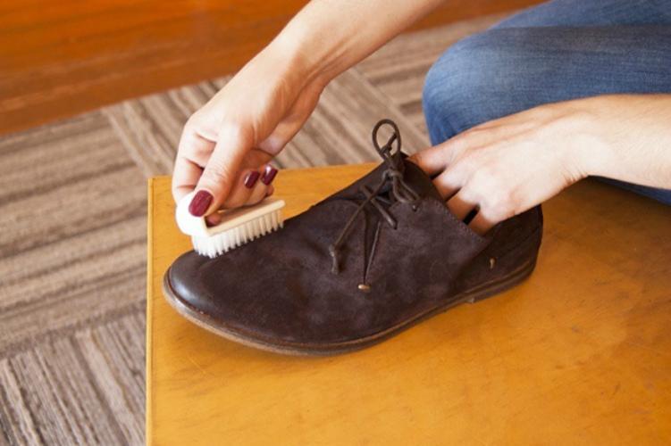 Замшевую обувь может испортить не только жир, но и неправильно выбранный способ чистки