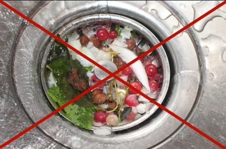 После мытья посуды или чистки овощей и фруктов очищайте раковину от остатков пищи, так как могут быть причиной неприятного запаха