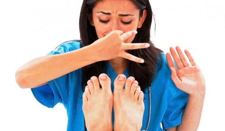 Если вы почувствовали запах плесени, нужно проверить стопы на грибковые заболевания