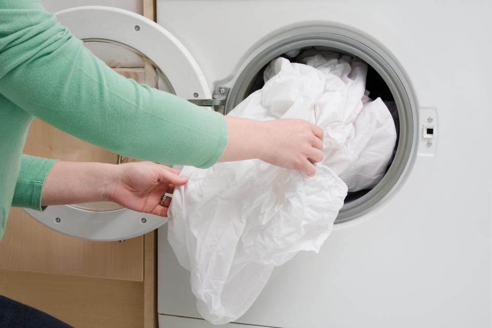 Деликатные ткани лучше помещать в специальные мешки для стирки