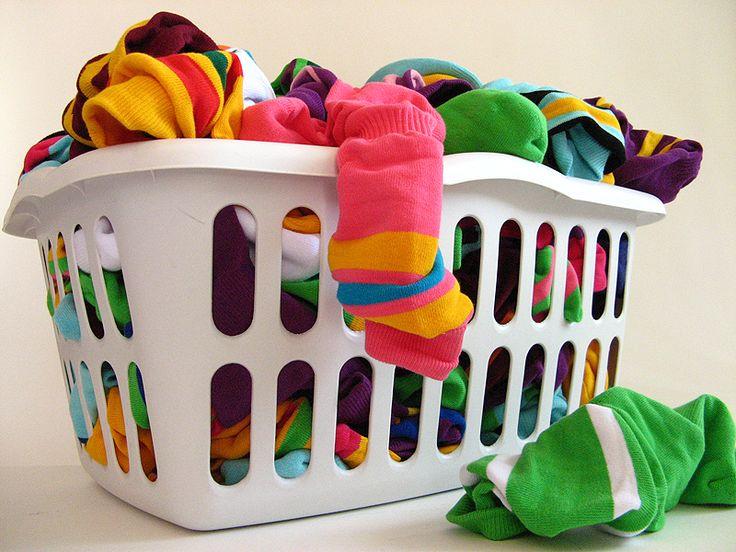 Чтобы вещи не полиняли, отсортируйте носки перед стиркой: цветные — с цветными, белые – с белыми, черные — с темными