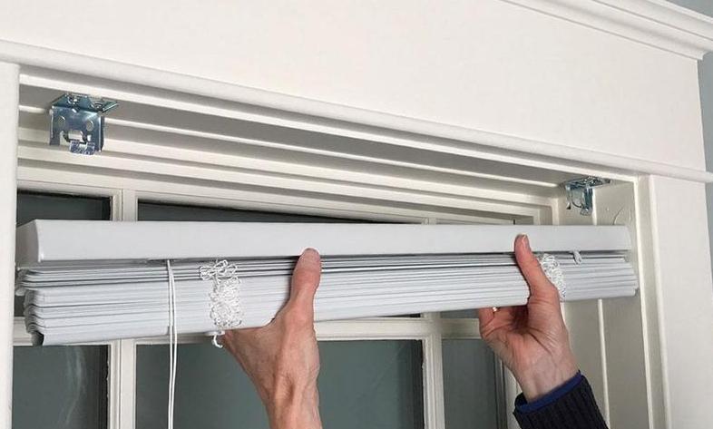Чтобы снять горизонтальные жалюзи с окна, нужно разобраться, как они закреплены