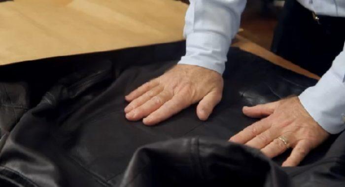 Разгладить куртку из кожзаменителя руками не получится, нужны более действенные методы