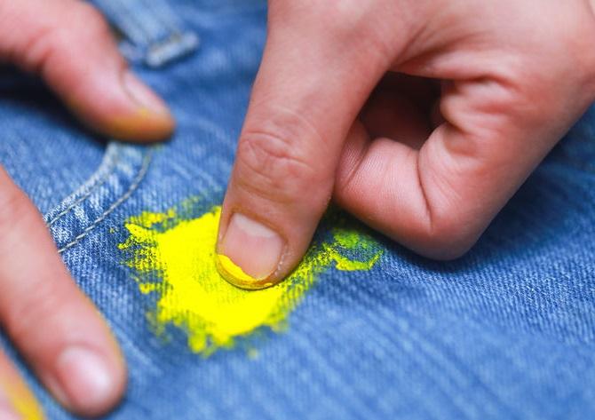 Свежее пятно краски на основе акрила легко смывается мыльным раствором