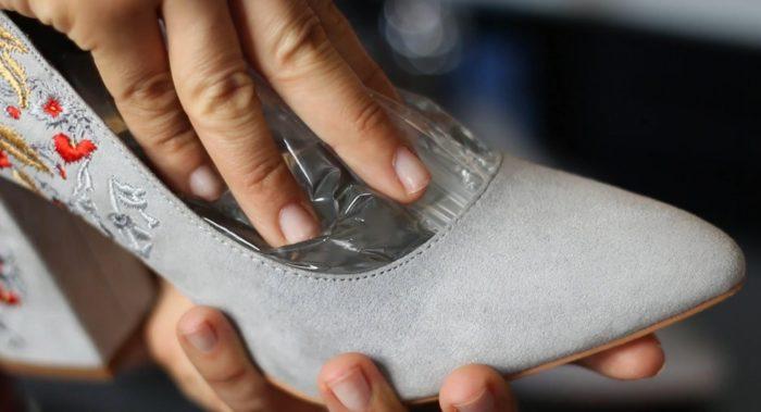 Растянуть замшевую обувь в ширину несложно, а вот увеличить ее длину почти невозможно