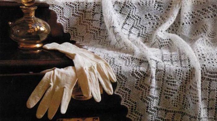 Не рекомендуется гладить пуховую шаль, достаточно ее развесить на веревке или разложить на столе