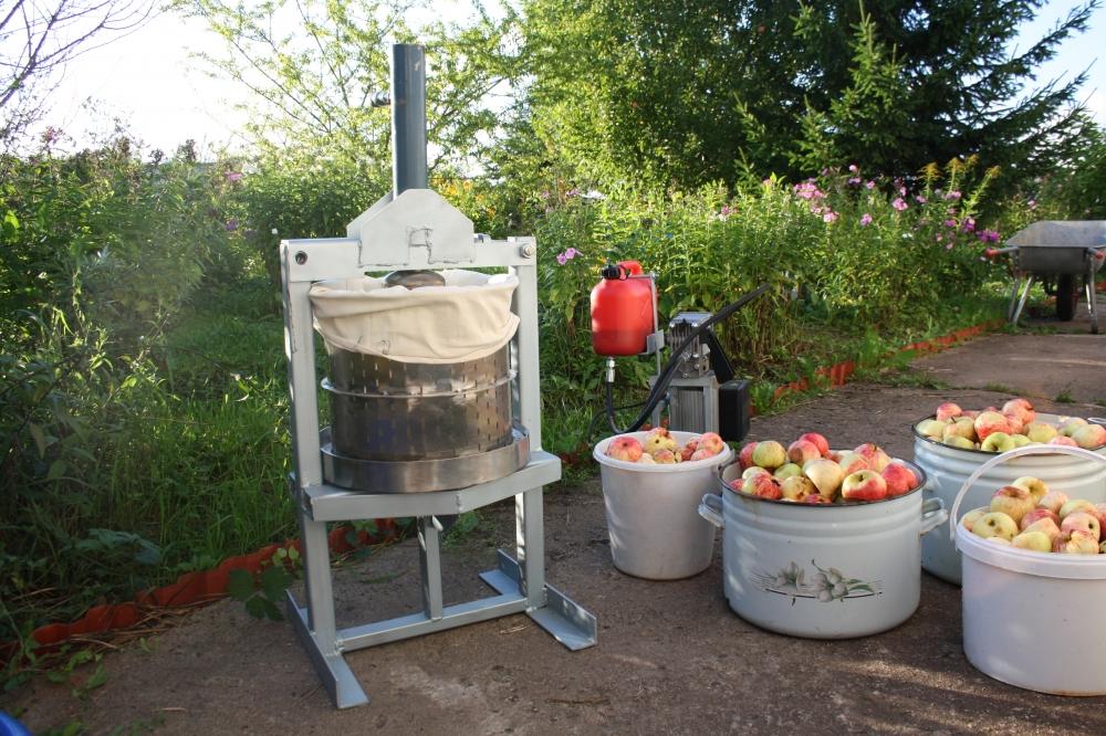 Пресс можно устанавливать непосредственно в саду и перерабатывать плоды в сок