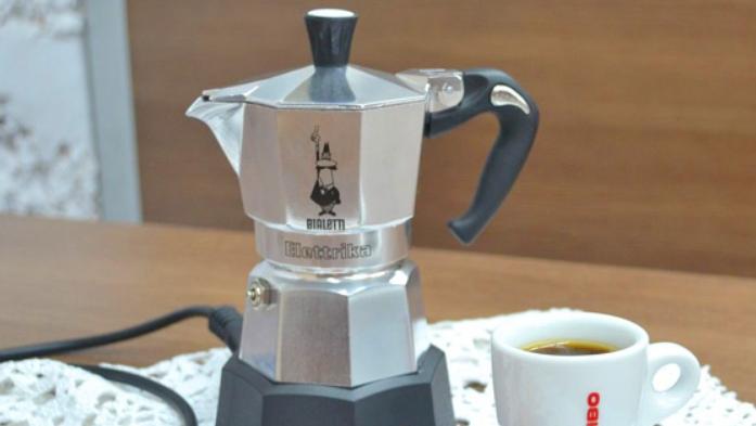 Электрический вариант намного удобнее за счет наличия таймера, кофе готовится тогда, когда вам нужно без вашего участия