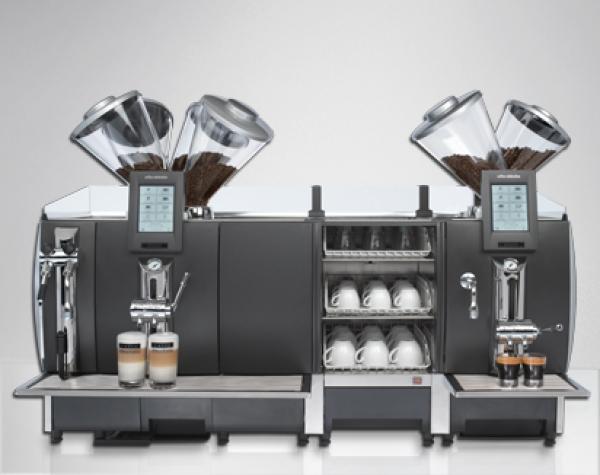Профессиональная кофейная машина — сама мелет кофе на 4 чашки и делает разные виды напитков