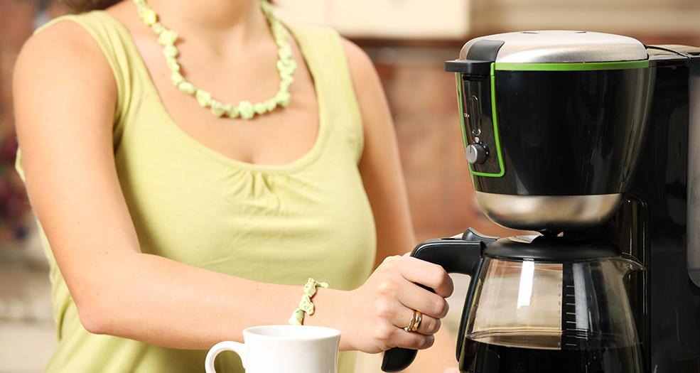 Кофеварка обслуживается вручную, пользователь сам заливает воду, закладывает молотые зерна, включает машину и разливает напиток по чашкам