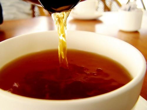 Крепко заваренный чай обновит цвет темного зонта