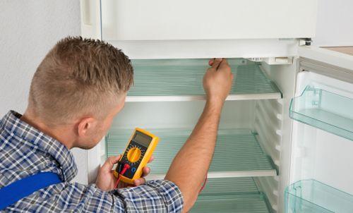 Установка холодильника по уровню должна быть проведена до момента его подключения к электрической розетке