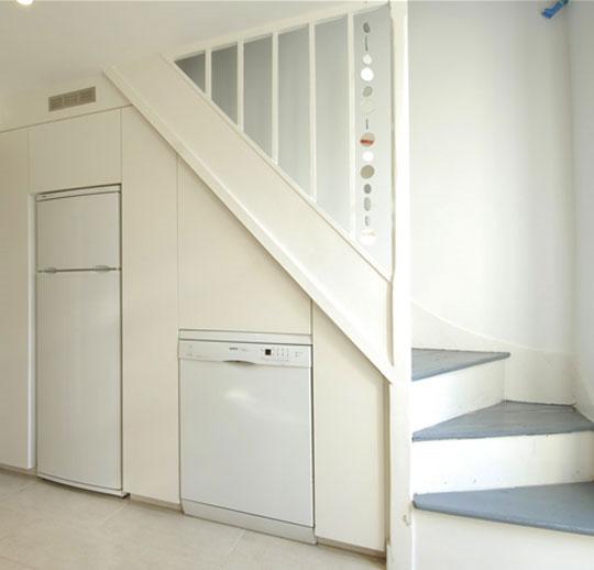 Нишей для холодильника может случить пространство под лестницей