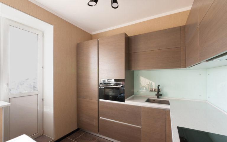В больших и просторных кухнях есть возможность использования кухонных гарнитуров, в которые встраивается холодильник