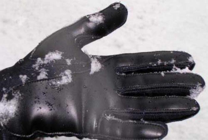 Перед чисткой намокшие перчатки надо обсушить махровым полотенцем