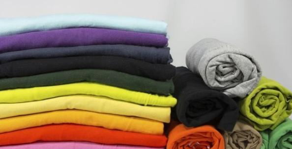 «Непослушные» ткани хорошо складывать при помощи туристического метода. Завернутый рулет для красоты можно перевязать атласной лентой