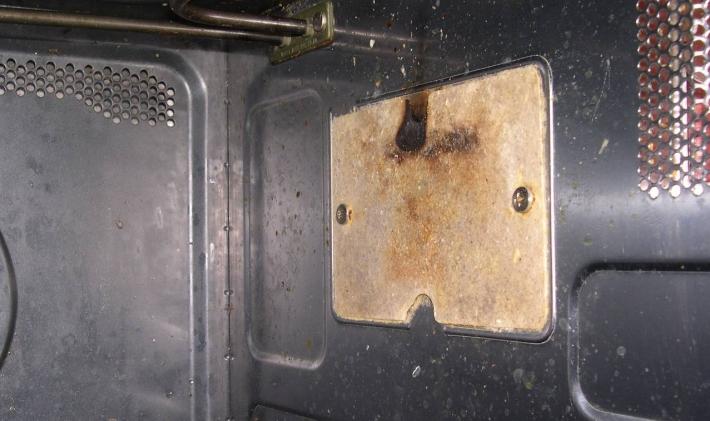 Если периодически не очищать пластину в микроволновке от жира, то она прогорит