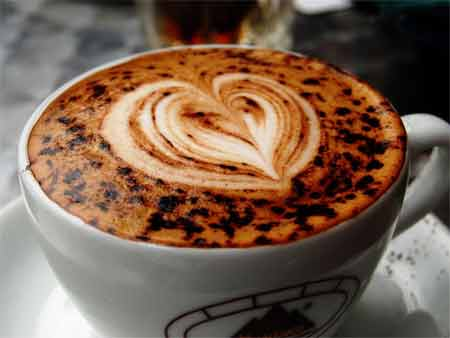 Чтобы кофе был еще вкуснее, я на дно порционных чашек насыпаю тертый шоколад. После добавления горячего кофе он растворяется, придавая напитку необычный привкус