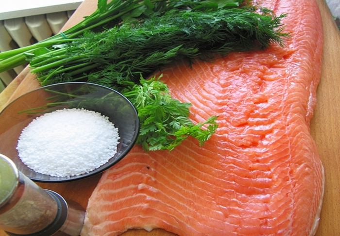 Можно ли замораживать соленую красную рыбу — да, можно. Солёный способ разморозки подойдёт для морских и жирных сортов рыбы, поскольку забирает всю влагу из тушки