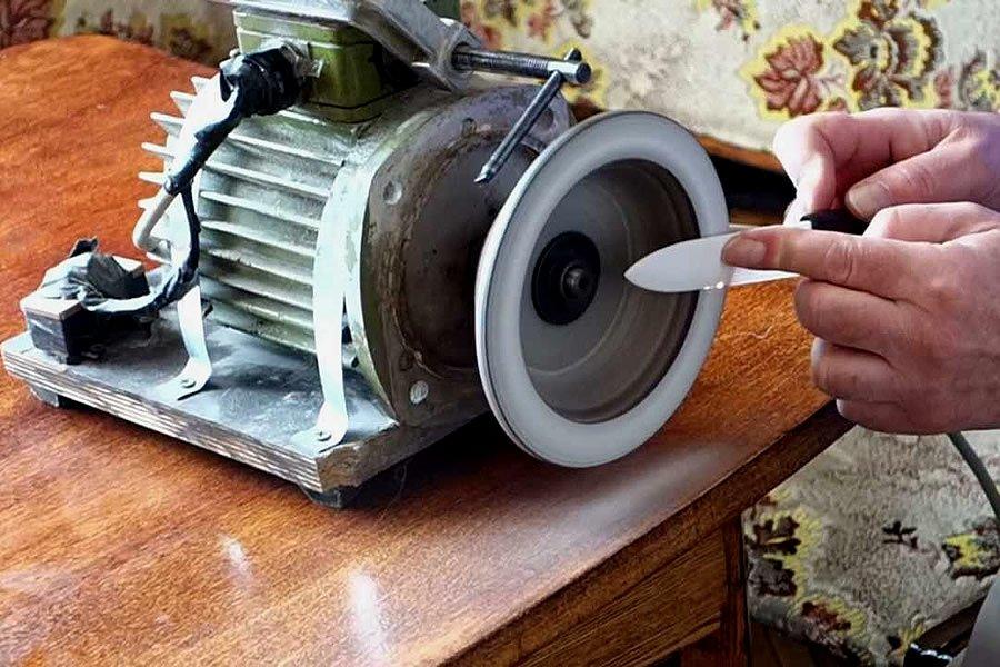 При работе со станком старайтесь сильно не давить на нож, чтобы не сломать его