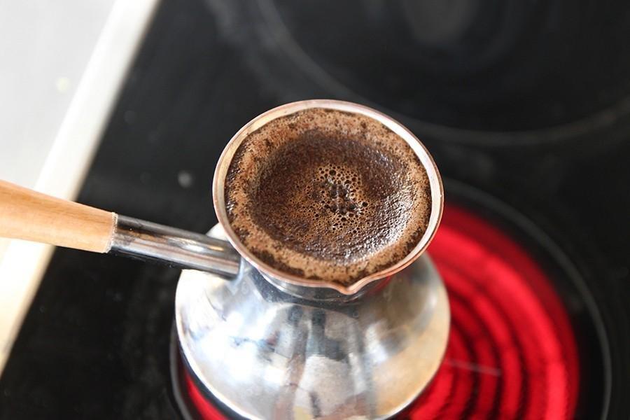 Если при варке кофе жидкость закипит, то напиток получится горьким — не допускайте его закипанияЕсли при варке кофе жидкость закипит, то напиток получится горьким — не допускайте его закипания