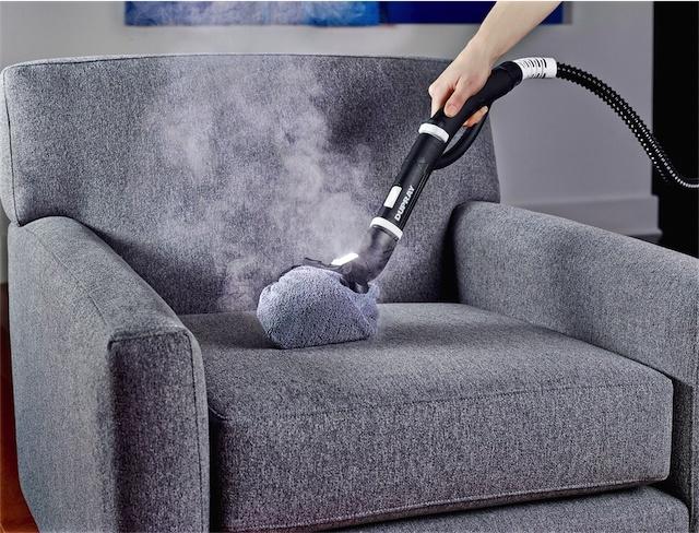 Пароочиститель не подходит для чистки дивана с велюровой обивкой, ткань может испортиться. А вот с остальных тканей он быстро удалит пятна