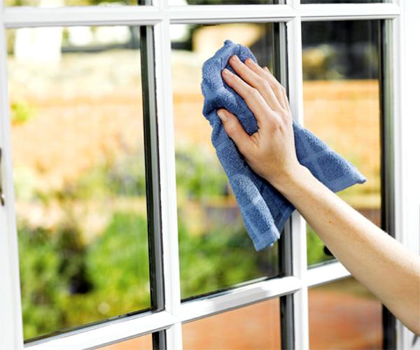 Правильно мыть окна, чтобы не было разводов. Для этого сначала очистите стекла и раму снаружи влажной тряпкой