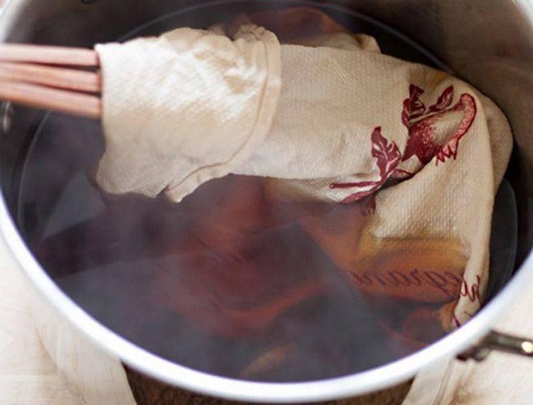 Из-за реакции марганцовка и хозяйственное мыло дают коричневый цвет воде, но отбеливают полотенца
