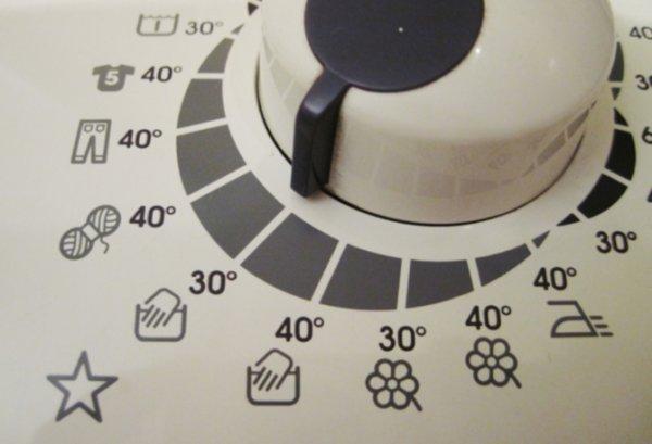 Стирать вещи из полиэстера можно в машине на «ручном», «деликатном» либо «спорт» режиме при температуре воды 30–40 °C