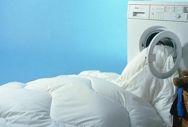 Одеяло или другие объемные вещи из полиэстера должны свободно располагаться в барабане, иначе помнутся и не отстираются