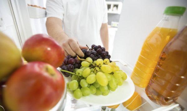 Виноград можно хранить в холодильнике. Идеальная температура — от 0 до +3 °C, это не позволит ягодам перемерзать или киснуть.