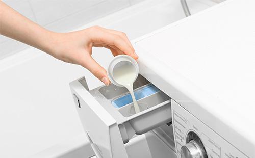 Раствор крахмала нужно залить в отсек для кондиционера-ополаскивателя